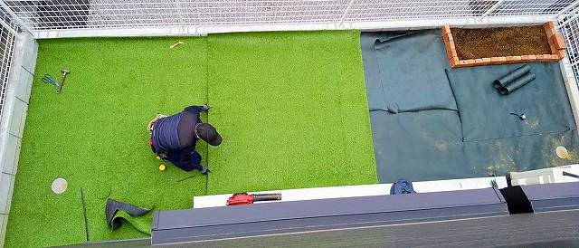 庭に人工芝を敷く